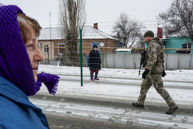 Valentina Boldyreva en Raisa Yakovleva, twee zussen gescheiden door een hek.