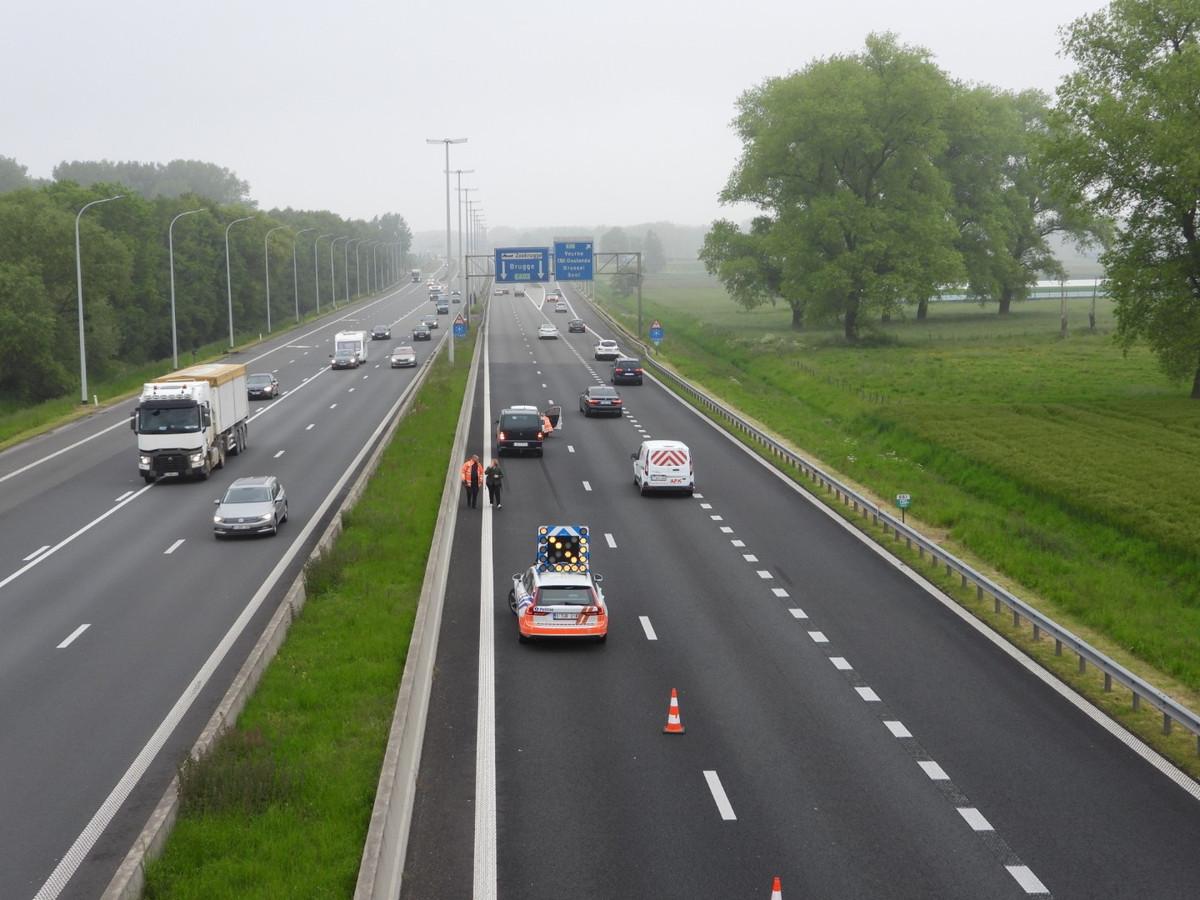 Door het ongeval was de linkerrijstrook richting Brugge versperd voor het verkeer.