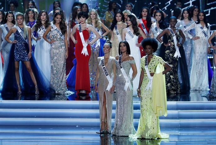 De drie finalisten met Demi-Leigh Nel-Peters uit Zuid-Afrika (links), Miss Colombia Laura Gonzalez (midden) en Miss Jamaica Davina Bennett wachten op de uitslag.