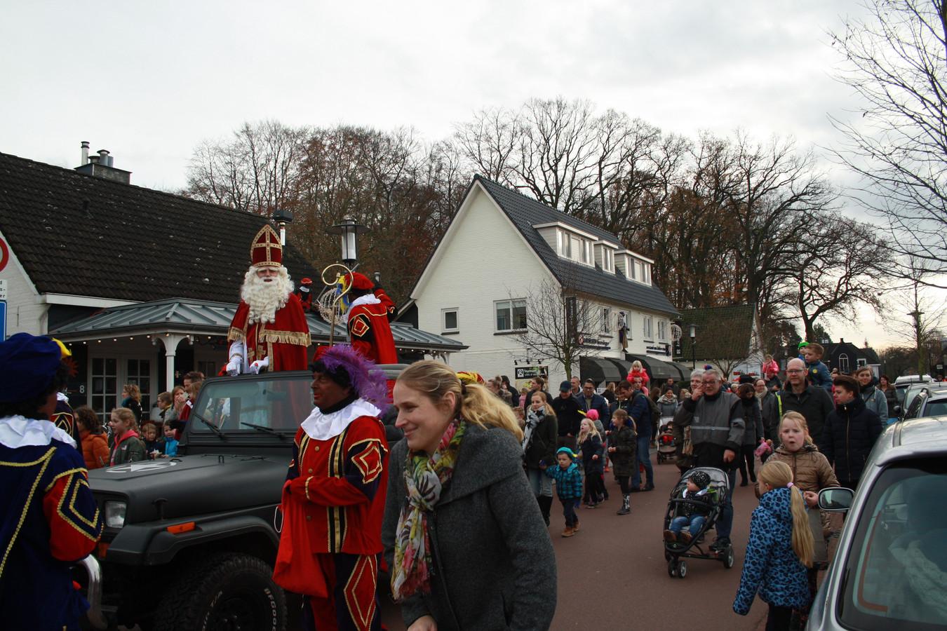 Een eerdere intocht van Sinterklaas in Diepenveen, met zwarte pieten. En dat verandert voorlopig niet.