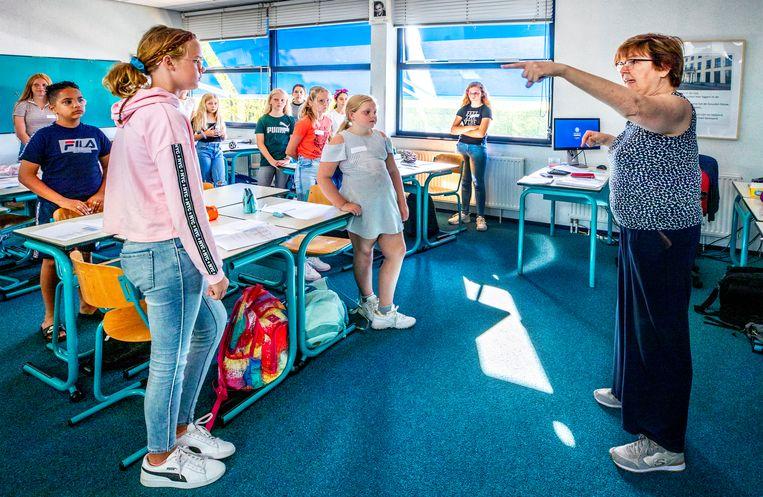 Latijn docente Francoise Tjerkstra geeft instructies aan de eerstejaars leerlingen van klas 1D. Beeld Raymond Rutting / de Volkskrant