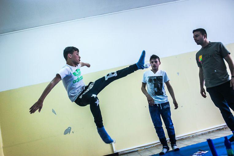 Jongeren in de Napolitaanse wijk Scampia, waar de serie zich afspeelt. Beeld Nicola Zolin