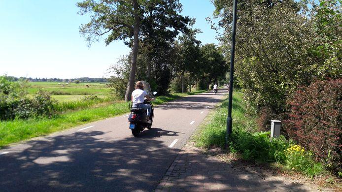 De lange rechte stukken op de Peter van den Breemerweg nodigen uit tot hard rijden.
