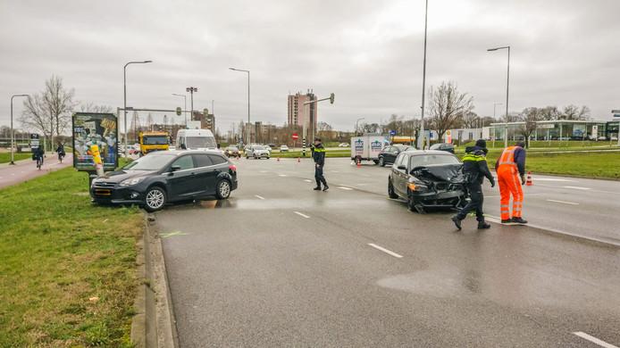De ravage op het Jonkerbosplein in Nijmegen is groot ten gevolge van het ongeval.