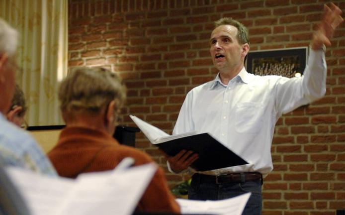 Dirigent Gezinus Veldman van het Christelijk Mannenkoor Vroomshoop. Foto: Frank Uijlenbroek