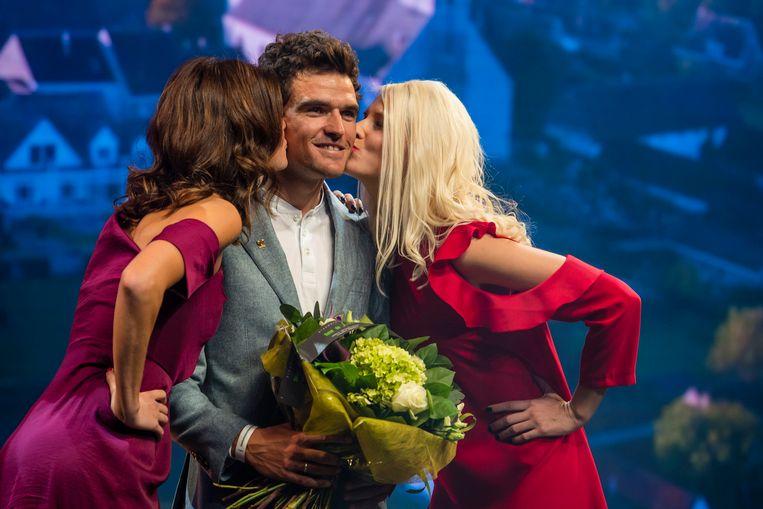 Lien Crapoen en Maja Leye met een kus voor winnaar Greg Van Avermaet op het podium.