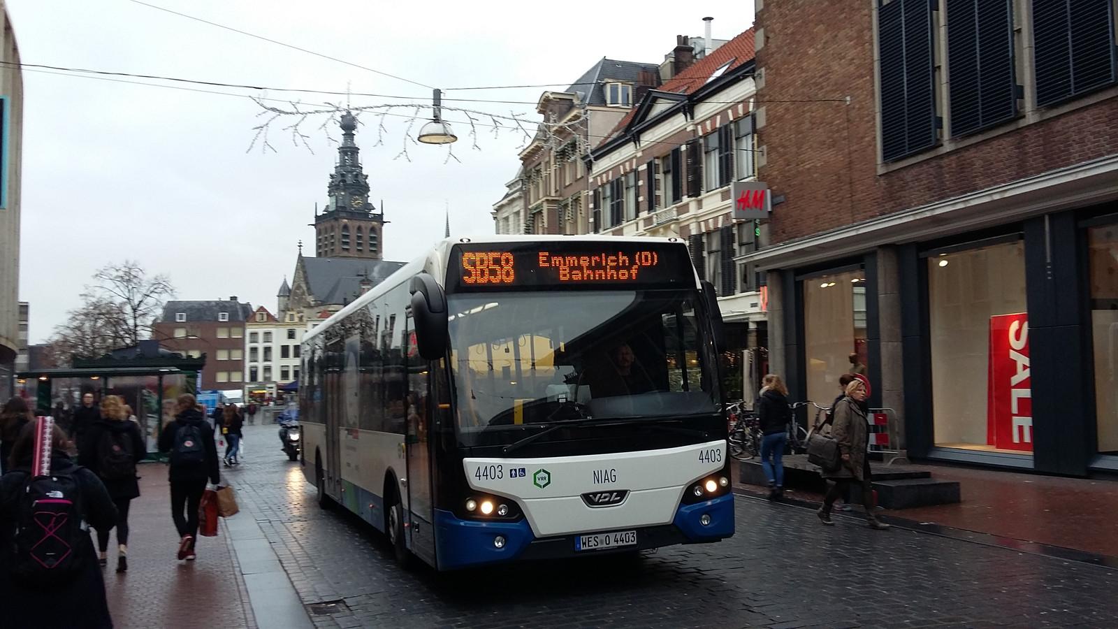 Bus 58, ofwel de Duitse bus op de Burchtstraat in Nijmegen. Vanaf zondag zijn alle lijnbussen écht weg uit de deze straat, de discussie hierover heeft twintig jaar heeft geduurd.