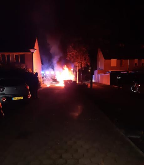 Auto brandt volledig uit in Veghelse woonwijk, politie onderzoekt brandstichting