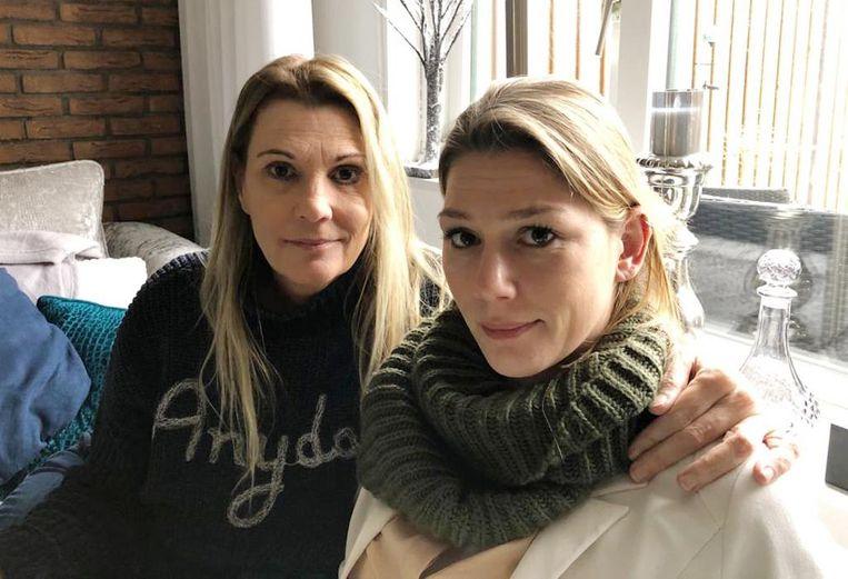 Zus Kim (r) en moeder Marion. 'Mensen waren dol op Sabrina' Beeld Privé