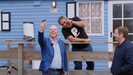 Eigenaar Peter Gillis van de Oostappengroep maakt een selfie met een asielzoeker.