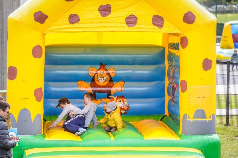 De kinderen konden zich uitleven op allerlei springkastelen.