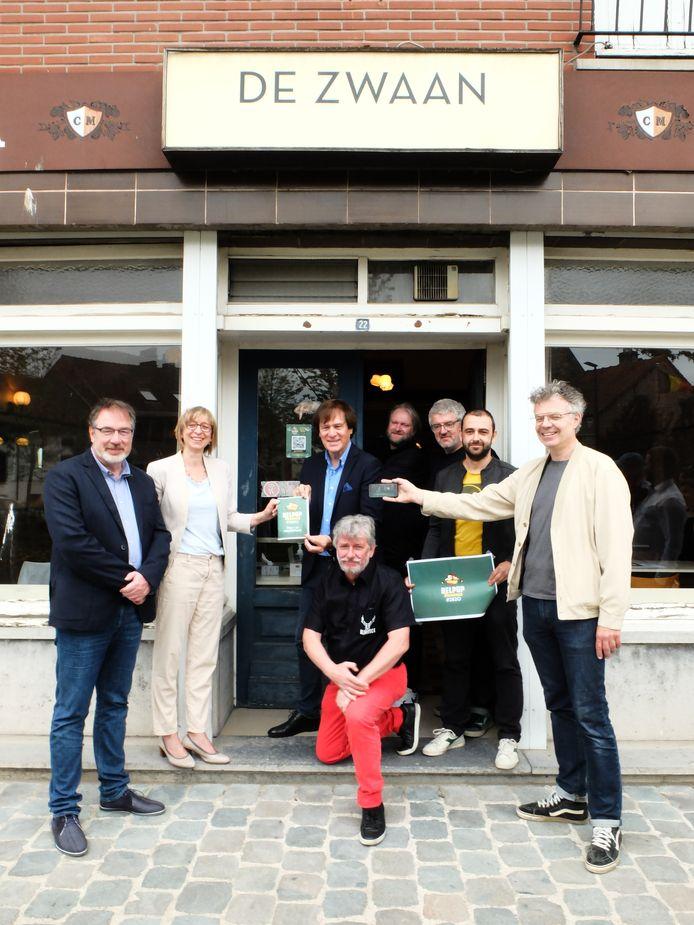Burgemeester Lode Van Looy, schepen Mieke Van den Brande, John Terra, Jan De Winter en Rafael Van Assche van Rijmrock, Jan Delvaux, Sam Vervoort van 't Blikveld en Jimmy Dewit.