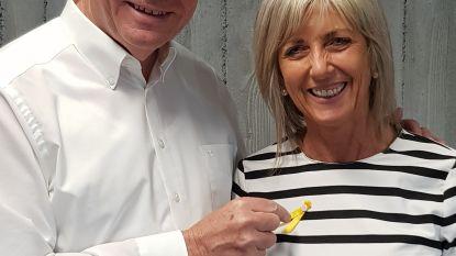 Stadspersoneel speldt geel lintje op tegen kanker