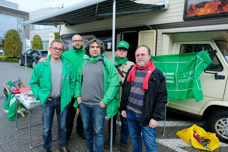 Laurent Vanhaelen (midden) krijgt de steun van verschillende vakbondsleden. Tot en met woensdag staat hij met een mobilhome op de parking van Econocom.