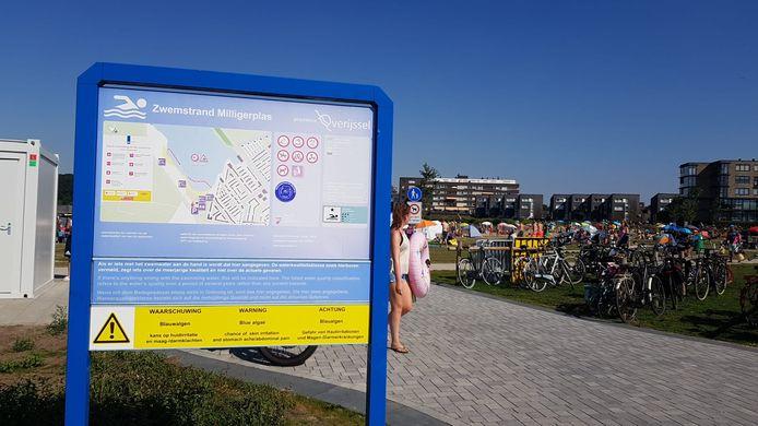 Waarschuwingsbord voor blauwalg bij de Milligerplas in Zwolle