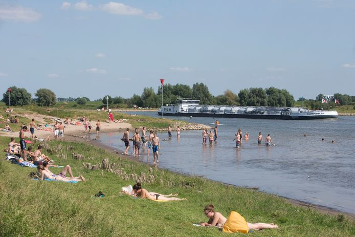 ter illustratie: drukte op een strand in Wageningen.