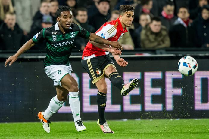 Lorenzo Burnet (links) vorig seizoen met FC Groningen  in duel met Feyenoorder Bilal Basaçikoglu.
