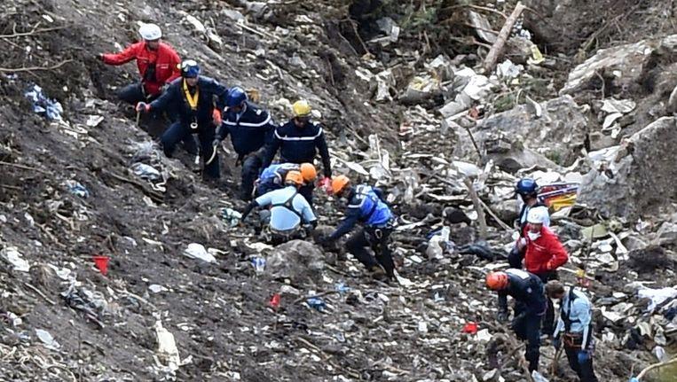 Onderzoekers aan het werk op de crashsite van het neergestorte Germanwings-toestel. Beeld AFP