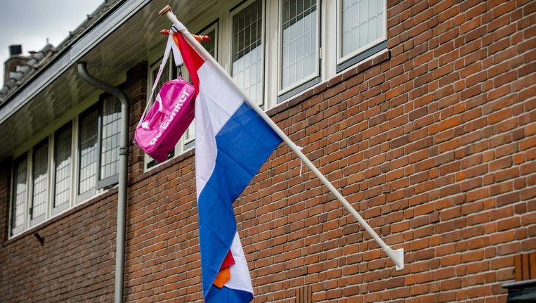 De schooltas en vlag hangen uit. Beeld ANP