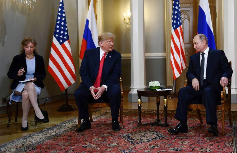 De Amerikaanse tolk Marina Gross (links) vertaalde voor Trump tijdens zijn privéontmoeting met de Russische president Poetin.