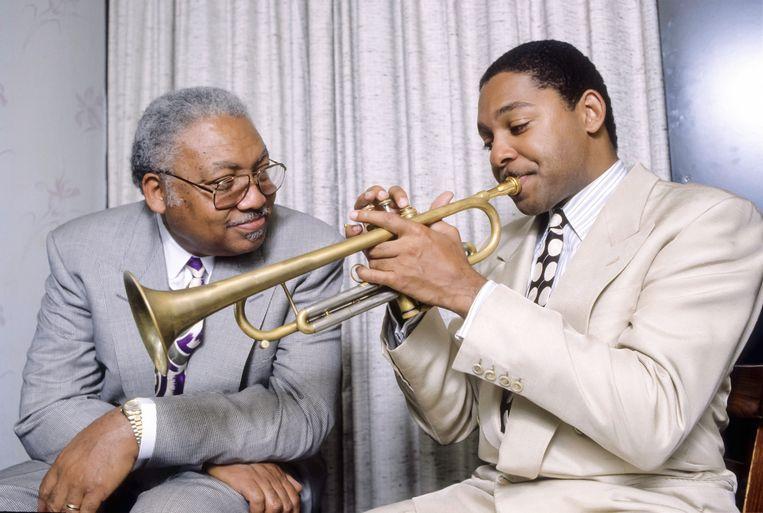 Jazzmusicus Ellis Marsalis Jr (links) met zijn zoon Wynton, bij een optreden in New York op 4 juni 1990.  Beeld Getty Images