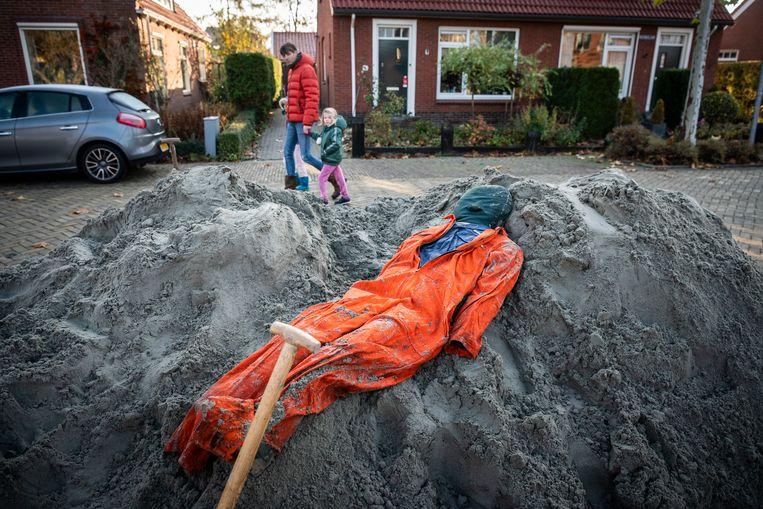 Een onder zand bedolven pop kon worden 'gered'. Beeld © Kees van de Veen
