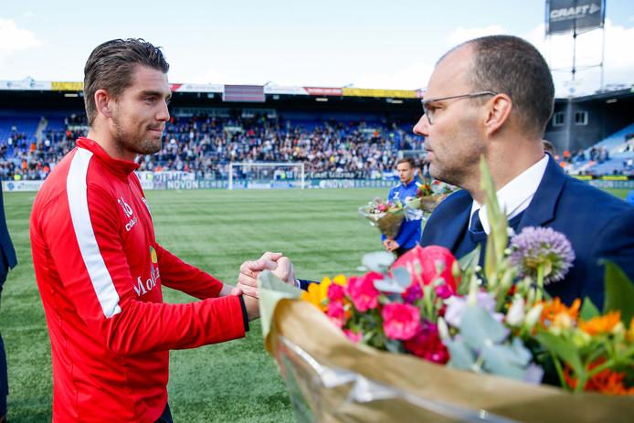 PEC Zwolle-directeur Gerard Nijkamp, die hier doelman Mickey van der Hart uitzwaait, lijkt na de zomer aan de slag te gaan in het Amerikaanse Cincinnati.