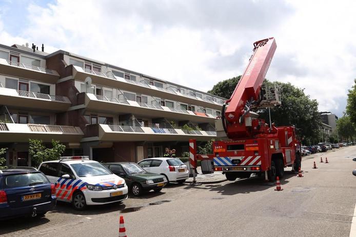 De brandweer hielp de politie om op het balkon te komen
