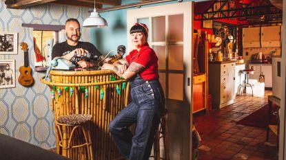 Welkom in het meest rock-'n'-rollhuisje van het land: Van drinkglazen tot een radio uit 1956, Sandra en Mark verzamelen alles wat vintage ademt