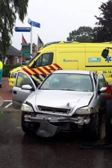 Twee auto's botsen met tractor in Loerbeek: bestuurders met schrik vrij