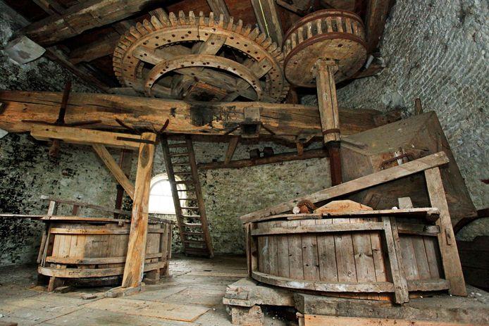 Het imposante maalwerk boven in de Drunense korenmolen is nog volledig en verkeert volgens de molenaar in redelijke staat.