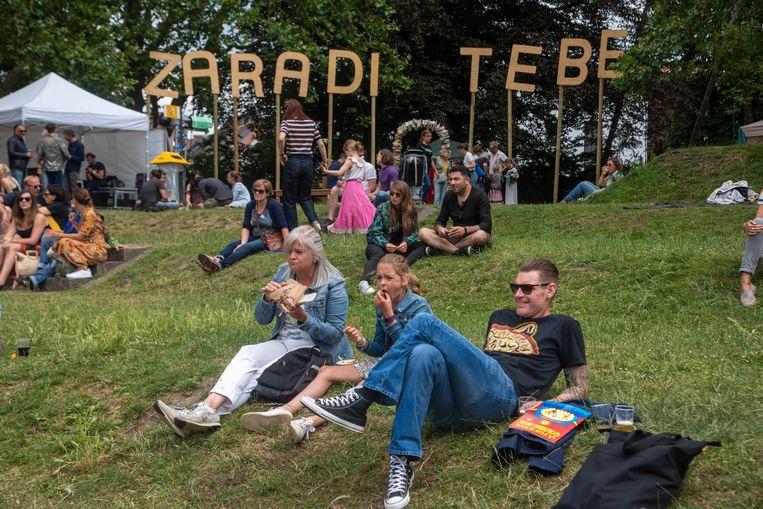 Chillen op het Zaradi Tebe Festival in het Keizerpark.