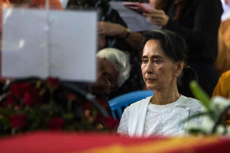 Aung San Suu Kyi tijdens de begrafenis van voormalig voorzitter van de NLD Aung Shwe. Beeld AFP