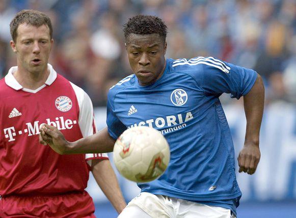 Mpenza in actie tegen Bayern München.