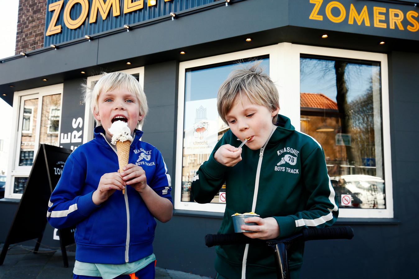 De broertjes Thijs (6) en Koen (8) scoren een ijsje bij Zomers.
