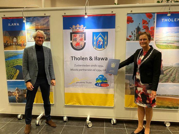 Voormalig gemeentesecretaris Simon Nieuwkoop en burgemeester Ger van de Velde zijn benoemd tot ereburger van de Poolse stad Iɫawa.