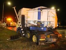 Vrachtwagen door gladheid geschaard op kruispunt in Udenhout, een rijstrook N65 dicht
