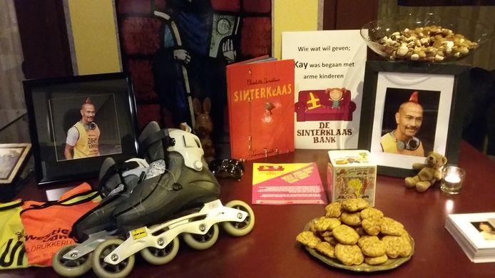 De gedenktafel voor Kay Leenders in de kerk, met zijn skates en de zoetigheid waar hij van hield.