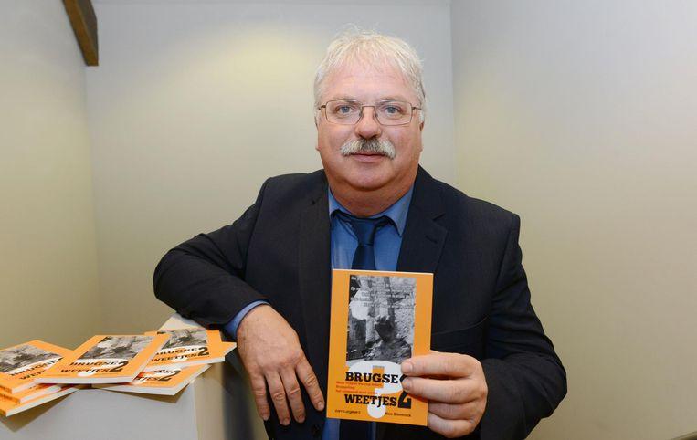 Nico Blontrock met zijn boek 'Brugse Weetjes 2'.