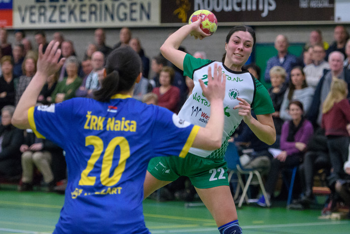 Lois Strik in actie tijdens de achtste finale tegen ZRK Naisa.