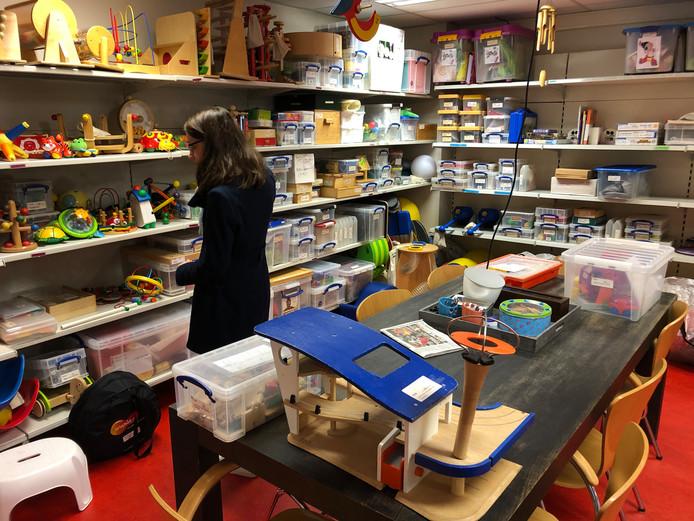 De schappen in speel-o-theek Eemland puilen uit van het speelgoed.