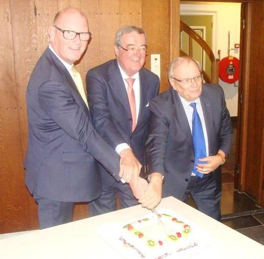 De taart werd aangesneden toen de fusie voor de gemeente Vijfheerenlanden rond was.