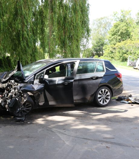 Auto's volledig in puin, bestuurders naar ziekenhuis na aanrijding in buitengebied van Tollebeek