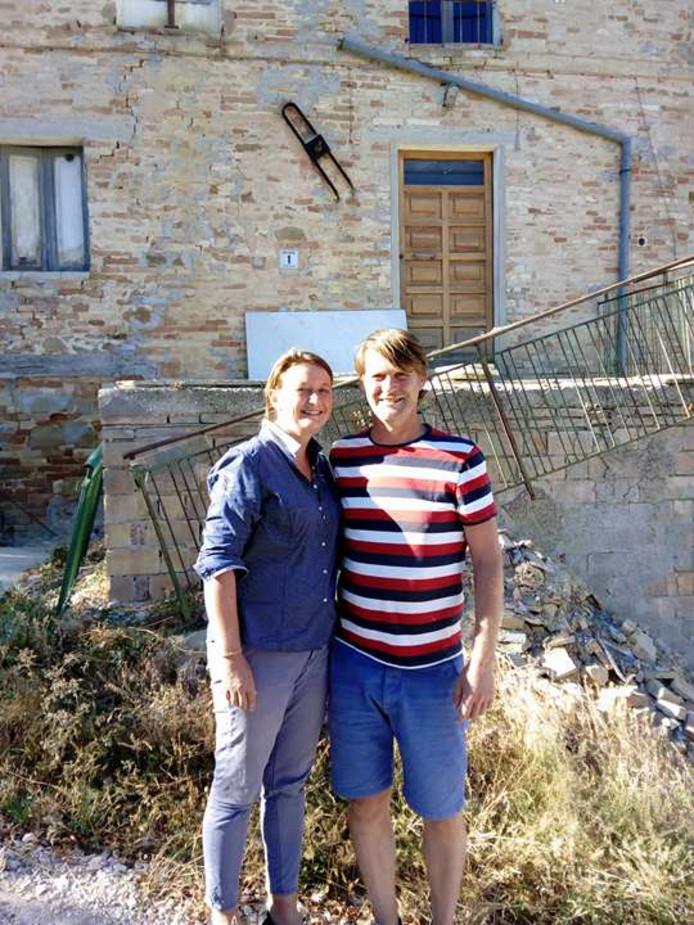 Carine en Cees voor hun zwaar beschadigde huis.