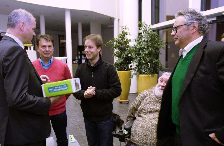 Groen-voorzitter Pieter Verstraete en raadsleden Stefaan Van Hecke en Frank Monsecour overhandigen de petitie aan burgemeester Filip Thienpont.