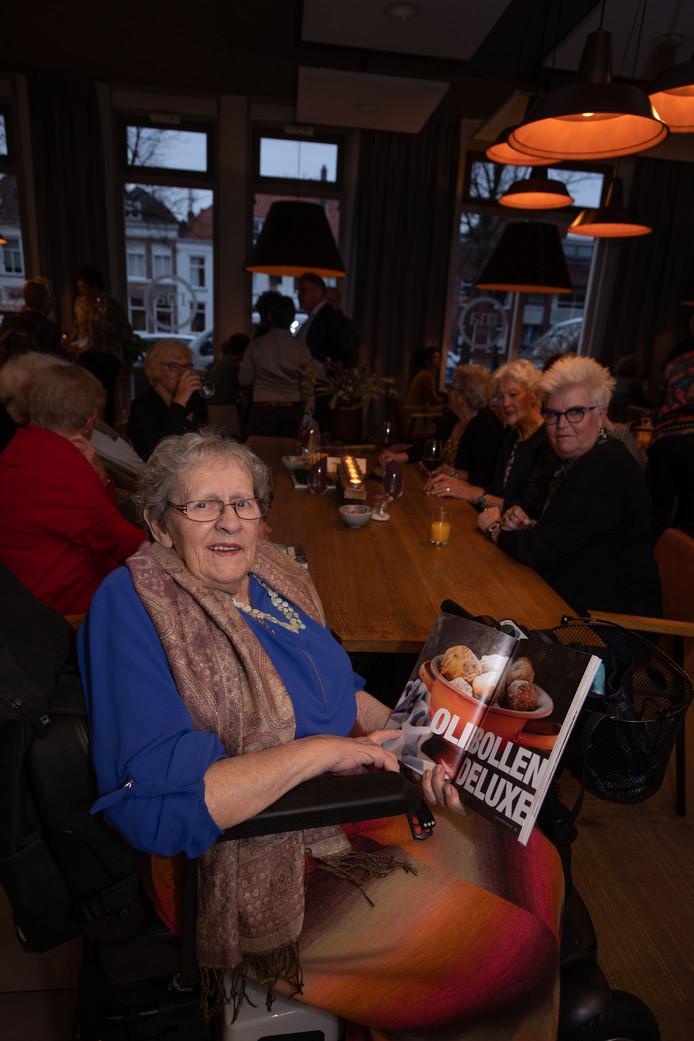 Rie Woning in november vorig jaar, bij de presentatie van het boek 'Verhalen om te smullen', waaraan ze meewerkte.
