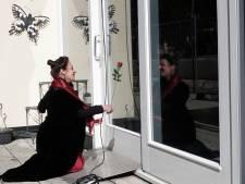 Aria's voor het raam van het verpleeghuis in Wageningen