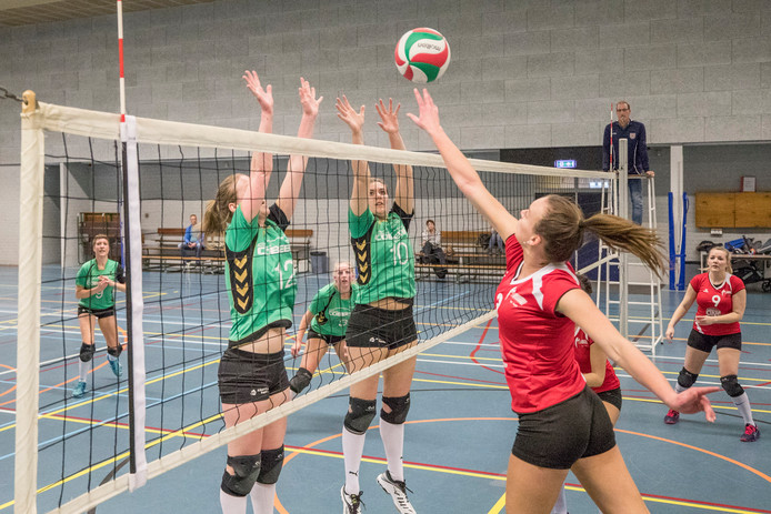 De volleybalsters van Bok (links), hier in actie tegen Vught, gingen ook tegen Sliedrecht Sport 3 onderuit.