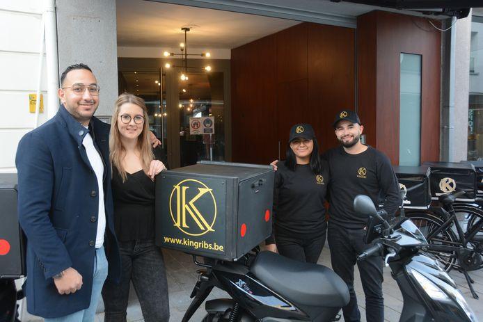 Zaakvoerders Alladin en Cheyen Zeidan met de allereerste franchisenemers Elias en Shakira die het restaurant in Beveren runnen.