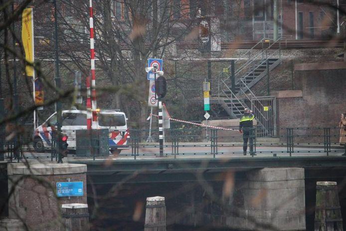De Kattenburgerstraat is afgezet na de vondst van een verdacht pakketje.